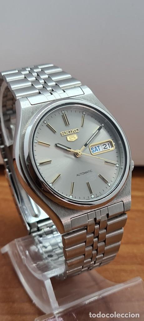 Relojes - Seiko: Reloj (Vintage) SEIKO 5, automático 21 rubis, esfera gris, doble calendario tres, correa acero Seiko - Foto 3 - 284416713