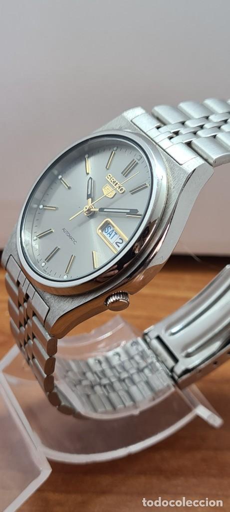 Relojes - Seiko: Reloj (Vintage) SEIKO 5, automático 21 rubis, esfera gris, doble calendario tres, correa acero Seiko - Foto 4 - 284416713