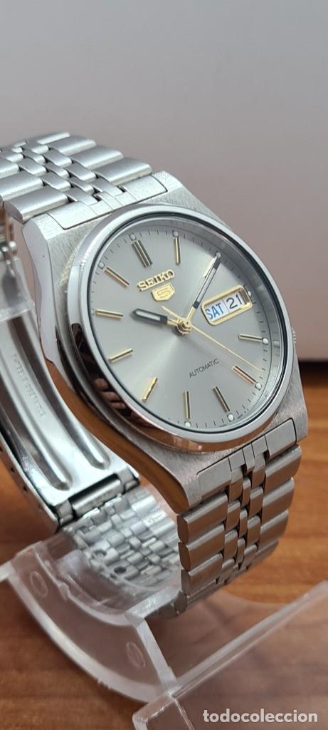 Relojes - Seiko: Reloj (Vintage) SEIKO 5, automático 21 rubis, esfera gris, doble calendario tres, correa acero Seiko - Foto 5 - 284416713