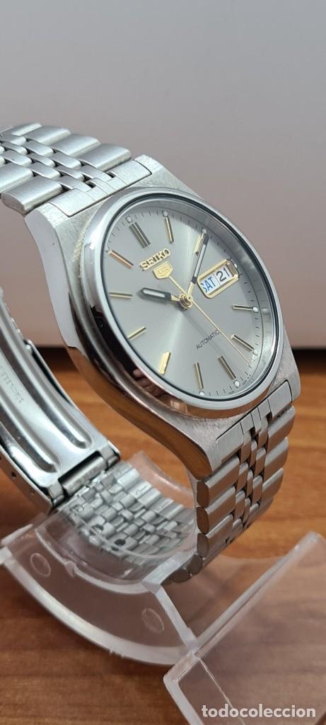 Relojes - Seiko: Reloj (Vintage) SEIKO 5, automático 21 rubis, esfera gris, doble calendario tres, correa acero Seiko - Foto 7 - 284416713