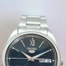 Relógios - Seiko: RELOJ (VINTAGE) SEIKO 5, AUTOMÁTICO ACERO, MAQUINA VISTA, ESFERA AZUL, DOBLE CALENDARIO CORREA SEIKO. Lote 290976463
