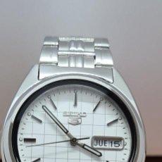 Relojes - Seiko: RELOJ (VINTAGE) SEIKO 5, AUTOMÁTICO 21 RUBIS, ESFERA BLANCA, DOBLE CALENDARIO LAS TRES, CORREA ACERO. Lote 291460998