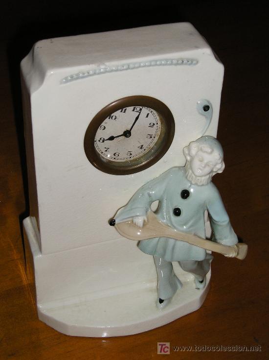ANTIGUO RELOJ DE SOBREMESA DE CARGA MANUAL EN MAYOLICA CON FIGURA DE MUSICO (Relojes - Sobremesa Carga Manual)
