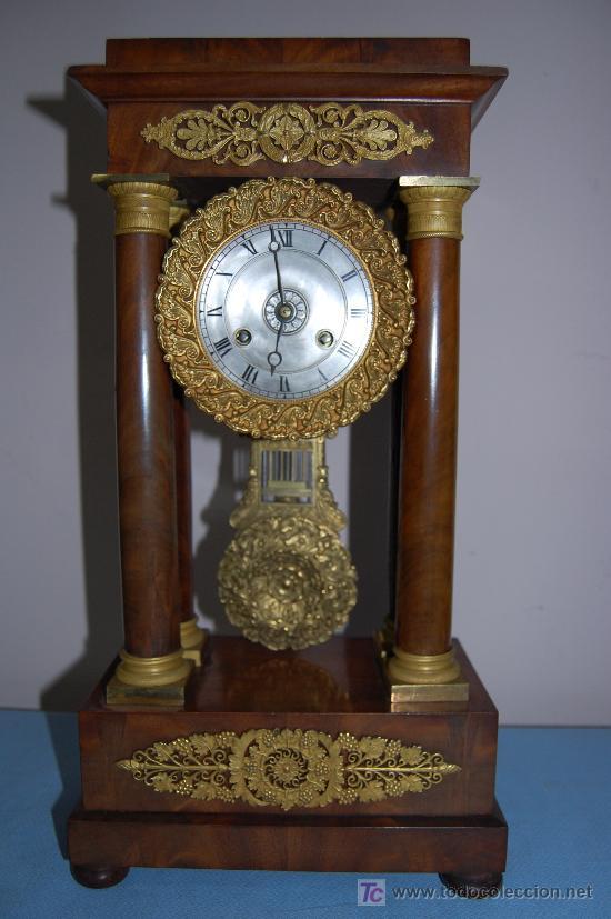 RELOJ ESTILO IMPERIO DE PALMA DE CAOBA Y CAOBA CON APLIQUES DE BRONCE Y ORO FINO (Relojes - Sobremesa Carga Manual)