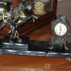 Relojes de carga manual: ANTIGUO CONJUNTO DE SOBREMESA CON RELOJ Y FIGURA DE BRONCE. Lote 26658977