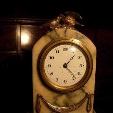 Relojes de carga manual: PEQUEÑO RELOJ DE MARMOL Y BRONCE. Lote 27367573
