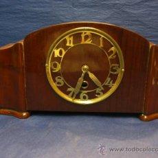 Relojes de carga manual: RELOJ DE SOBREMESA MADERA. AÑOS 1940. Lote 27681496