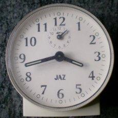 Relojes de carga manual: RELOJ DESPERTADOR VINTAGE A CUERDA JAZ, PLÁSTICO BLANCO. Lote 31390098