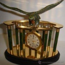 Relojes de carga manual: RELOJ DE MESA, DE METACRILATO Y BRONCE, MARCA DTI, CON ÁGUILA DE ADORNO, 20 POR 20CM. Lote 31600737