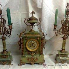 Relojes de carga manual: SIGLO XX. ANTIGUO RELOJ DE CHIMENEA EN ONIX CON GUARNICIÓN DE CANDELABROS.. Lote 208658295
