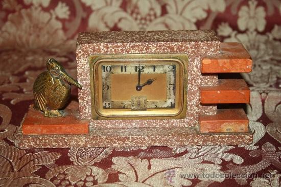 HERMOSO Y DECORATIVO RELOJ EN MÁRMOL ARTDECO DE LOS AÑOS 30 CON PELICANO DORADO (Relojes - Sobremesa Carga Manual)