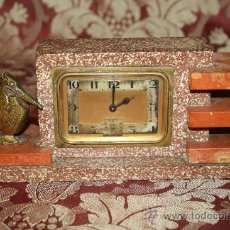 Relojes de carga manual: HERMOSO Y DECORATIVO RELOJ EN MÁRMOL ARTDECO DE LOS AÑOS 30 CON PELICANO DORADO. Lote 33763923