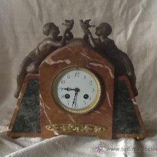 Relojes de carga manual: RELOJ ANTIGUO CON CARCASA DE MÁRMOL Y ESCULTURAS DE BRONCE. Lote 37828250