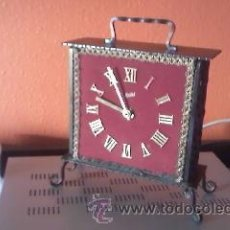 Relojes de carga manual: BONITO RELOJ DE SOBREMESA DE FORJA. FUNCIONA A PILAS VA PERFECTAMENTE. MARCA HELBI. Lote 38035028