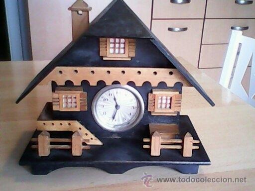 ANTIGUO RELOJ SOBRE MESA CARGA MANUAL.HECHO A MANO UNA CASITA DE MADERA, MAD.GERMANY.FUNCIONA PERFEC (Relojes - Sobremesa Carga Manual)