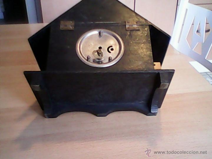 Relojes de carga manual: ANTIGUO RELOJ SOBRE MESA CARGA MANUAL.HECHO A MANO UNA CASITA DE MADERA, MAD.GERMANY.FUNCIONA PERFEC - Foto 9 - 40488474