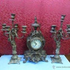 Relojes de carga manual: RELOJ DE BRONCE Y 2 CANDELABROS. Lote 40653825