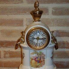 Relojes de carga manual: RELOJ FRANCES DE CHIMENEA O SOBREMESA,EN PORCELANA Y DETALLES EN BRONCE. ESCENA ROMANTICA. Lote 41389731