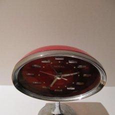 Relojes de carga manual: DESPERTADOR ROJO DE SOBREMESA. DE CARGA MANUAL. MARCA ROYAL. VINTAGE AÑOS 60/70. Lote 41497759