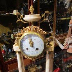 Relojes de carga manual: RELOJ DE PÓRTICO TIPO IMPERIO, EN MÁRMOL BLANCO CON BRONCE DORADO AL MERCURIO. MÁQUINA PARÍS.. Lote 42836052