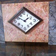 Relojes de carga manual: PRECIOSO Y ELEGANTE ANTIGUO RELOJ DE MESA ESTILO ART DECO AÑOS 30 / 40 DE MARMOL. Lote 43234047