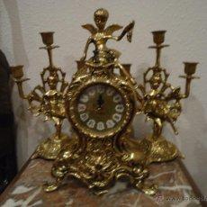 Relojes de carga manual: RELOJ DE MESA VINTAGE EN BRONCE CON DOS CANDELABROS DE GUARNICION ESTILO FRANCES. Lote 43347981