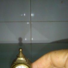 Relojes de carga manual: BONITO RELOJ EN MINIATURA. EN FORMA DE RELOJ ANTIGUO DE PÉNDULO.. Lote 142318010
