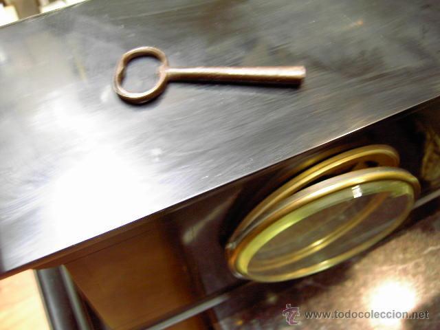 Relojes de carga manual: Reloj de marmol negro con decoracion flores máquina paris llave original da las horas y las medias . - Foto 2 - 46918232