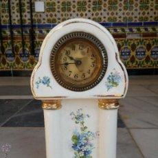 Relojes de carga manual: ANTIGUO RELOJ DE SOBREMESA EN PORCELANA SIGLO XIX CON MARCAS. Lote 46943721