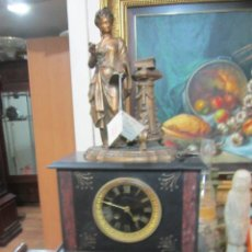 Relojes de carga manual: RELOJ DE SOBREMESA EN MÁRMOL Y CALAMINA, CON FIGURA. FUNCIONANDO. 32 X 15 X 56 CMS. ALTURA.. Lote 47580284