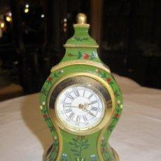 Relojes de carga manual: PEQUEÑO RELOJ DE SOBREMESA CON CUERPO METÁLICO DECORADO A MANO. 6 X 2 X 11,5 CMS. ALTURA.. Lote 47935137
