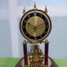 Relojes de carga manual: ANTIGUO RELOJ DE SOBREMESA KUNDO DE PÉNDULO DE TORSIÓN EN FANAL DE CRISTAL. ALEMANIA AÑOS 50. Lote 49378902