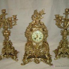 Relojes de carga manual: RELOJ Y CANDELABROS DE BRONCE, ESTILO LUIS XV, CARGA MANUAL, SIGLO XIX. Lote 113947555