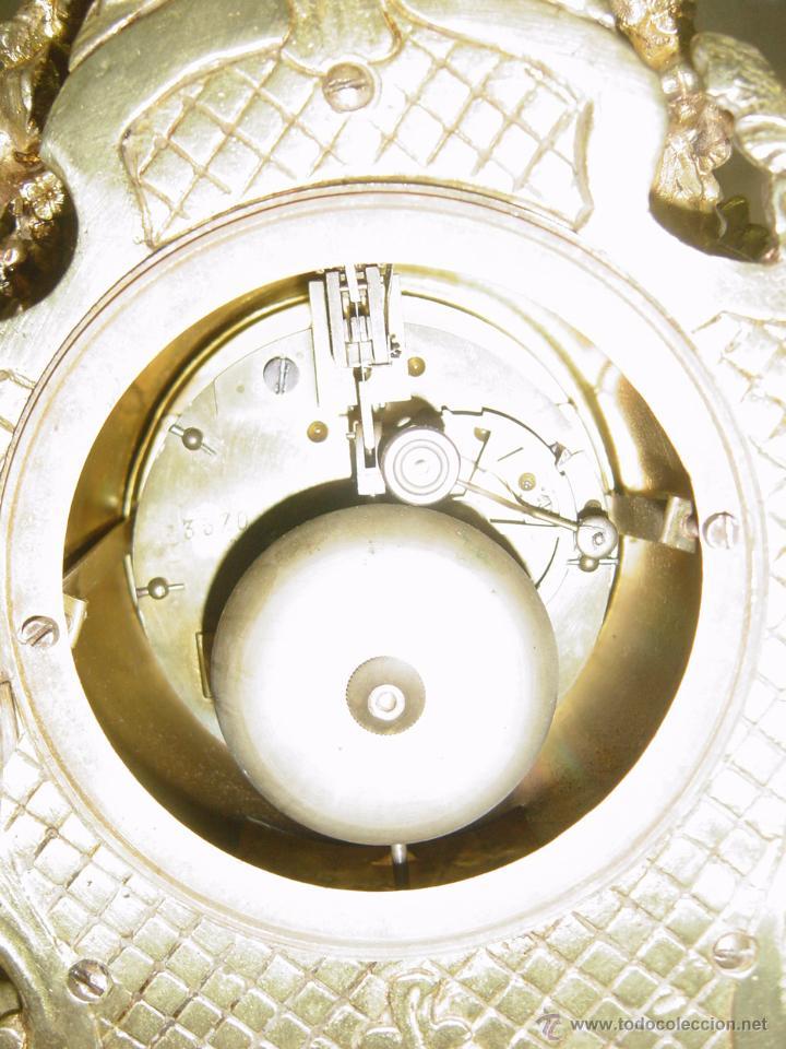 Relojes de carga manual: Reloj y candelabros de bronce, estilo Luis XV, carga manual, siglo XIX - Foto 7 - 113947555