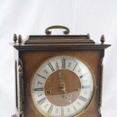 Relojes de carga manual: ANTIGUO RELOJ DE SOBREMESA FRANZ HERMLE & SOHN / FHS CON CAJA DE MADERA - FUNCIONANDO / RESTAURACIÓN. Lote 52726194