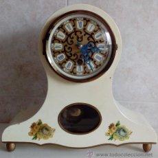 Relojes de carga manual: BONITO RELOJ DE SOBREMESA FABRICADO EN ALEMANIA 1956 CAJA MADERA LACADA FUNCIONANDO , CON SU LLAVE. Lote 53677393
