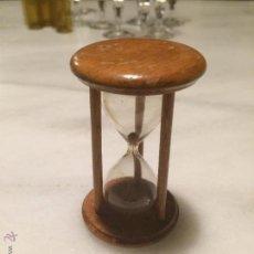 Relojes de carga manual: ANTIGUO RELOJ DE ARENA DE CRISTAL SOPLADO Y MADERA, AÑOS 60. Lote 53736225