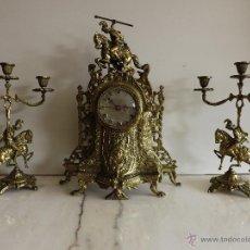 Relojes de carga manual: CONJUNTO DE RELOJ Y CANDELABROS DE BRONCE. Lote 53788218