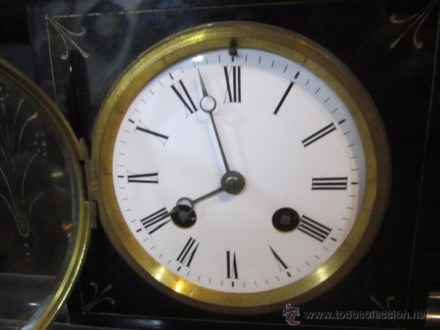 Relojes de carga manual: Reloj de marmol negro con decoracion flores máquina paris llave original da las horas y las medias . - Foto 4 - 46918232