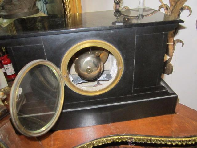 Relojes de carga manual: Reloj de marmol negro con decoracion flores máquina paris llave original da las horas y las medias . - Foto 7 - 46918232