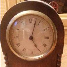 Relojes de carga manual: ANTIGUO RELOJ DE SOBREMESA DE MADERA MACIZA 135,00 €. Lote 54765071