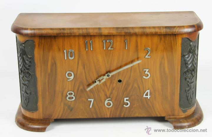 RELOJ DE SOBREMESA EN MADERA DE CAOBA. ART DECÓ. ESFERA CON NUMEROS EN METAL. 1950. (Relojes - Sobremesa Carga Manual)