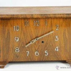 Relojes de carga manual: RELOJ DE SOBREMESA EN MADERA DE CAOBA. ART DECÓ. ESFERA CON NUMEROS EN METAL. 1950.. Lote 104331695