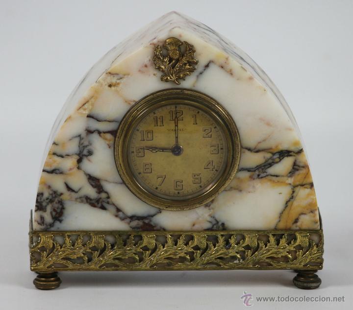 RELOJ DESPERTADOR MARCA CARTEL EN MARMOL CON REMATES EN LATÓN. AÑOS 30/40 (Relojes - Sobremesa Carga Manual)
