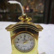 Relojes de carga manual: RELOJ DE SOBREMESA EN MINIATURA. METAL DORADO. 3,5 X 2 X 4 CMS. ALTURA. FUNCIONANDO. Lote 55172174