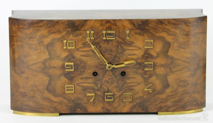 RELOJ DE SOBREMESA EN MADERA Y LATON. ESTILO ART DECO. SIGLO XX. (Relojes - Sobremesa Carga Manual)