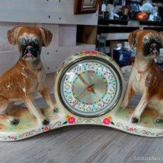 Relojes de carga manual: RELOJ DE CUERDA EN CERÁMICA HOLANDESA CON PERROS. Lote 56810915