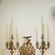 Relojes de carga manual: RELOJ ANTIGUO DE BRONCE Y CANDELABROS. Lote 57115434