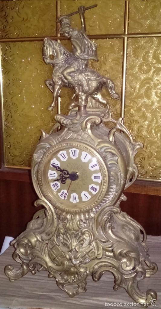 PRECIOSO RELOJ ANTIGUO DE SOBREMESA EN BRONCE MACIZO CON UN SOLDADO Y SU LANZA Y MAQUINARIA CUARZO (Relojes - Sobremesa Carga Manual)