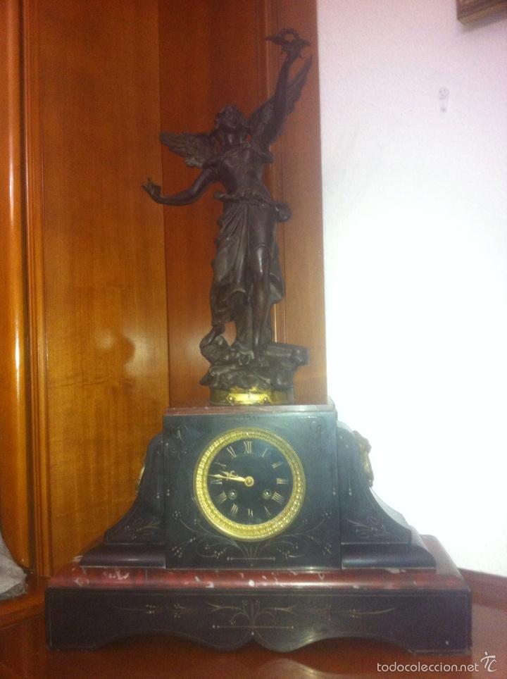 ANTIGUO RELOJ CON ESCULTURA DE CALAMINA DE GEO MAXIM (Relojes - Sobremesa Carga Manual)